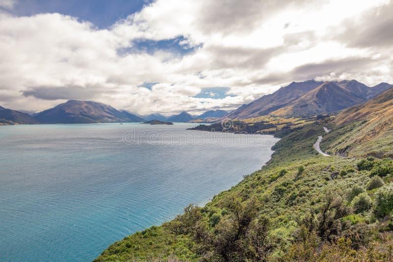 向Glenorchy的路沿瓦卡蒂普湖,新西兰南岛 图库摄影
