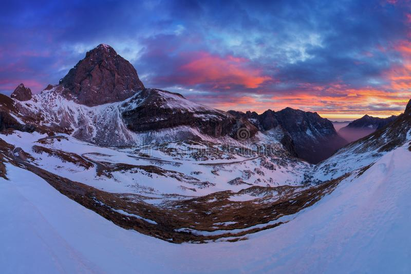 向Mangart马鞍Slovenia's公路的路 博韦茨,朱利安阿尔卑斯山,特里格拉夫峰国立公园,斯洛文尼亚,欧洲秋天在阿尔卑斯 免版税库存图片