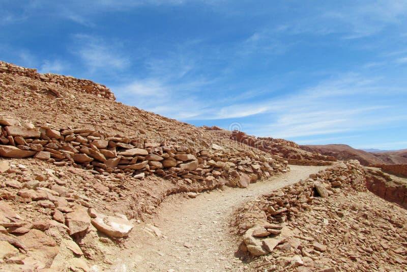 向Pukara de quitor废墟的道路在智利 免版税库存照片