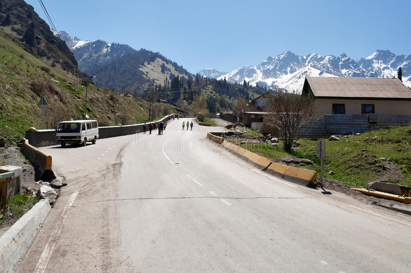 向Shymbulak滑雪胜地的路 免版税库存照片