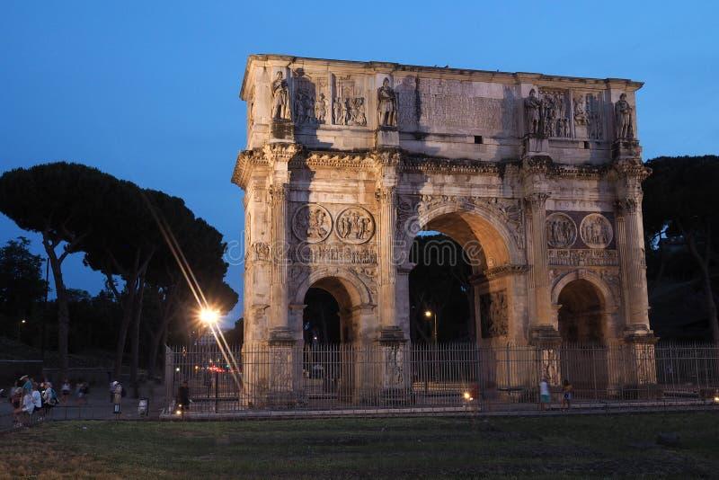 君士坦丁凯旋门的夜射击在罗马,意大利 免版税库存图片