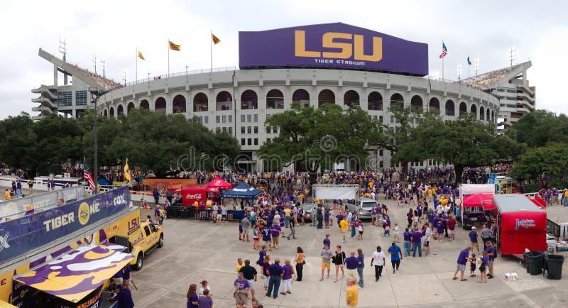巴吞鲁日,路易斯安那- 2014年:在金子和紫色LSU颜色绘的汽车在橄榄球赛期间 库存图片