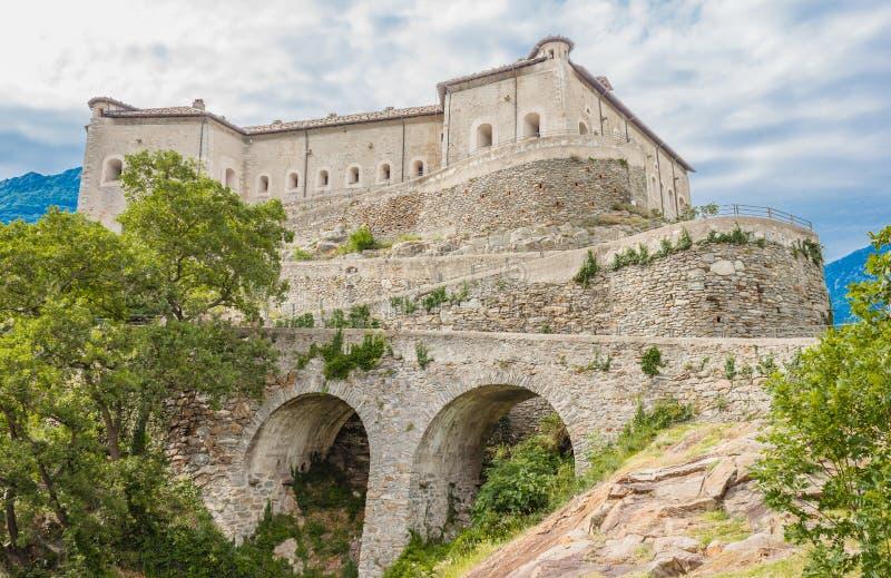 吟呦诗人,意大利AOSTA-VALLEY-JUNE 14,2019 吟呦诗人堡垒是位于444 metress s岩石的一个印象深刻的军事堡垒  免版税库存图片