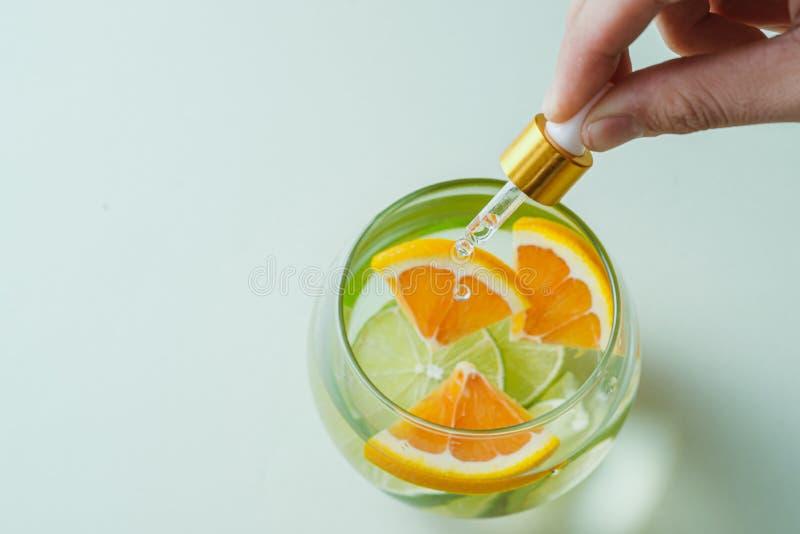 含橙汁的精油 — 维生素C 天然疗法,滴维生素C滴剂 免版税库存图片