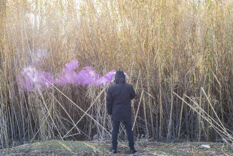 含毒物,有烟的人在他的头在一个偏僻的地方,概念lon 免版税库存照片