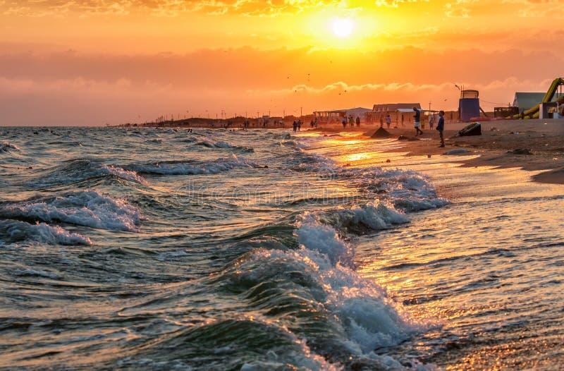 含沙Blaga海滩风景风景在风雨如磐的黑海海岸的与冲浪挥动打破在海滨 夏天日落风景 免版税库存照片