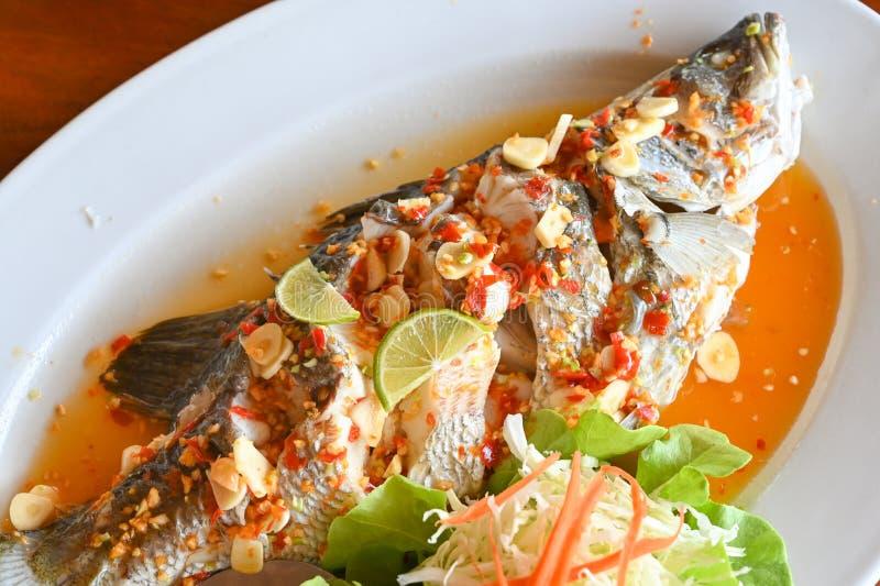 含石灰的蒸鱼 — 泰式食品 库存照片