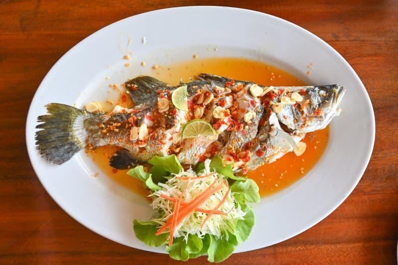 含石灰的蒸鱼 — 泰式食品 库存图片