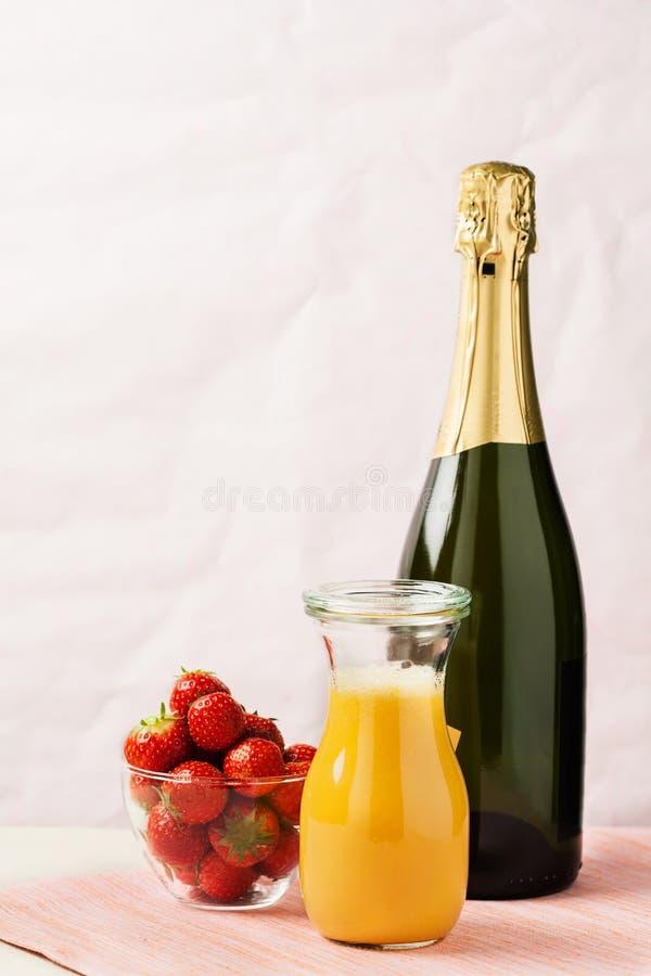 含羞草鸡尾酒和草莓 图库摄影