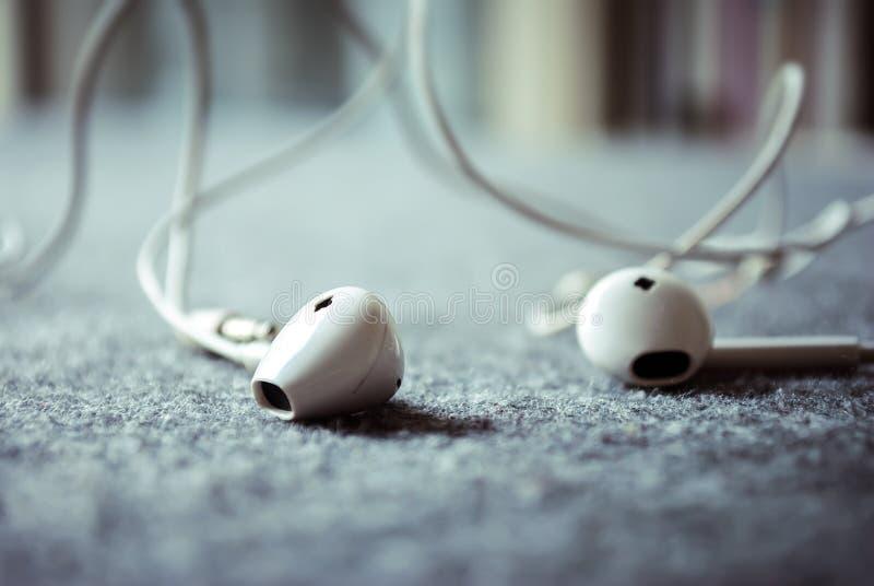 听与耳机的音乐 免版税库存照片