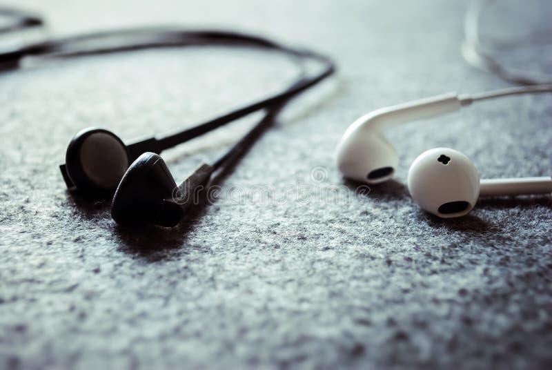 听与耳机的音乐 免版税图库摄影