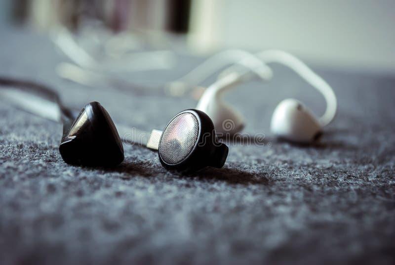 听与耳机的音乐 图库摄影