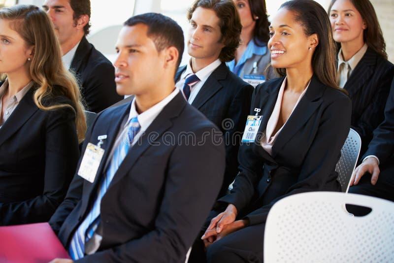 听介绍的听众在会议 免版税库存照片