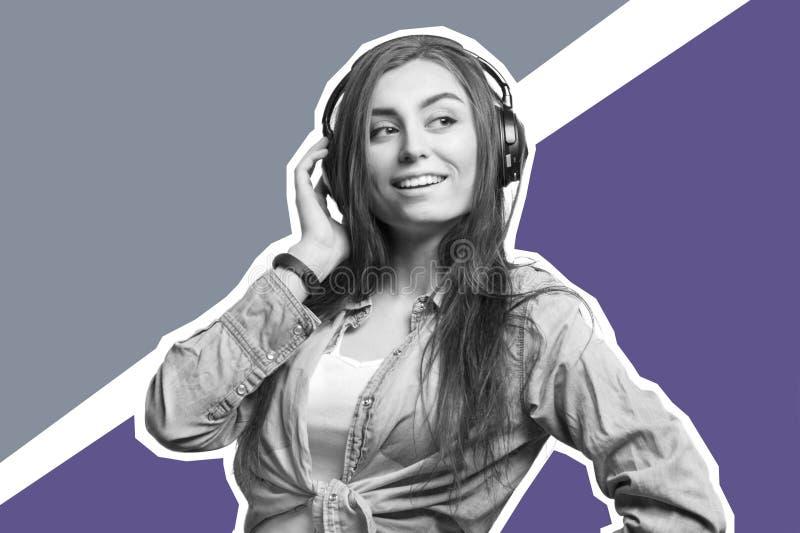 听到与耳机的音乐的一名年轻深色的妇女的画象 生活方式、人们和技术概念 艺术秀丽覆盖拼贴画天空妇女年轻人 免版税库存照片