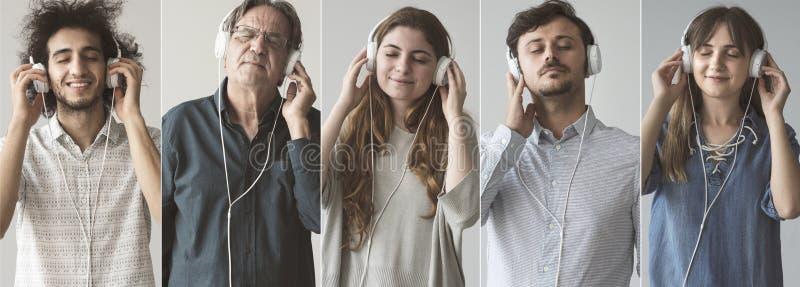 听到与耳机的音乐的人们 库存照片