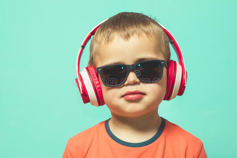 听到与耳机的音乐的孩子 免版税库存照片