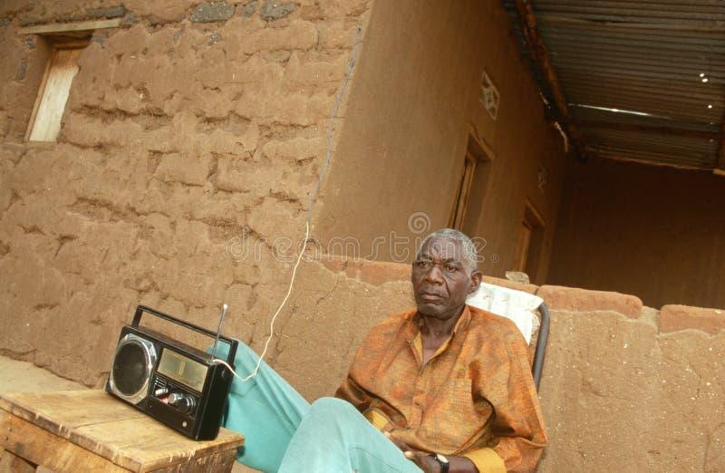 听到收音机的一个年长人在布隆迪。 图库摄影