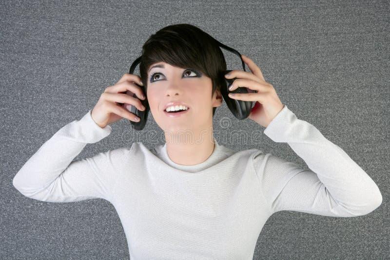 听到音乐妇女的方式未来派耳机 库存图片