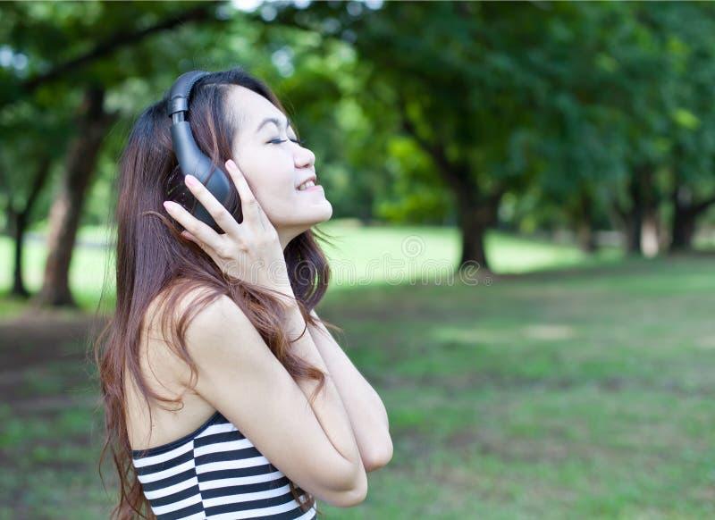 听到音乐的妇女 免版税库存图片