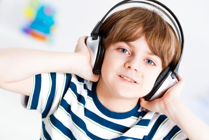 听到音乐的男孩 免版税库存照片