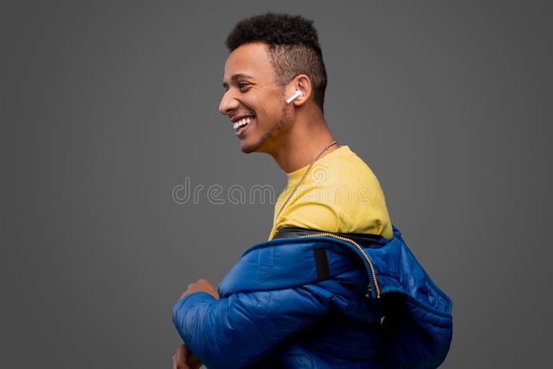 听到音乐的笑的黑人 图库摄影