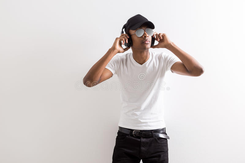 听到音乐的黑人 免版税库存照片