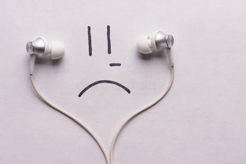 听哀伤的音乐概念 库存图片