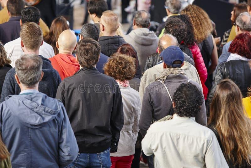 听在街道上的人 拥挤背景 免版税库存图片