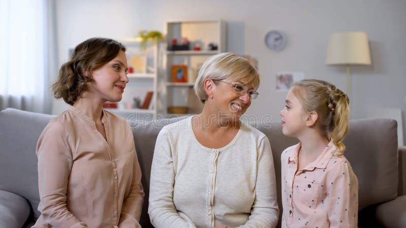 听女孩、家族关系、支持和关心的母亲和老婆婆 免版税库存图片