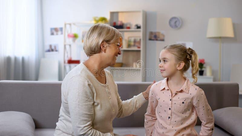 听孙女的老婆婆,沟通互相,家庭支持 库存图片