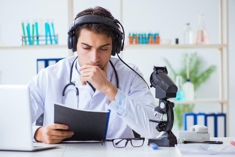 听患者的男性医生在远程医学会议期间 免版税图库摄影