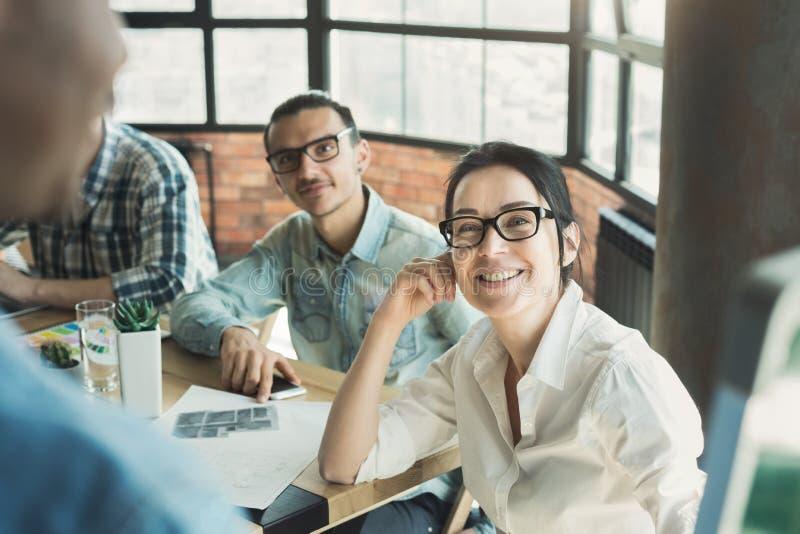 听报告人的观众在业务会议上 免版税图库摄影