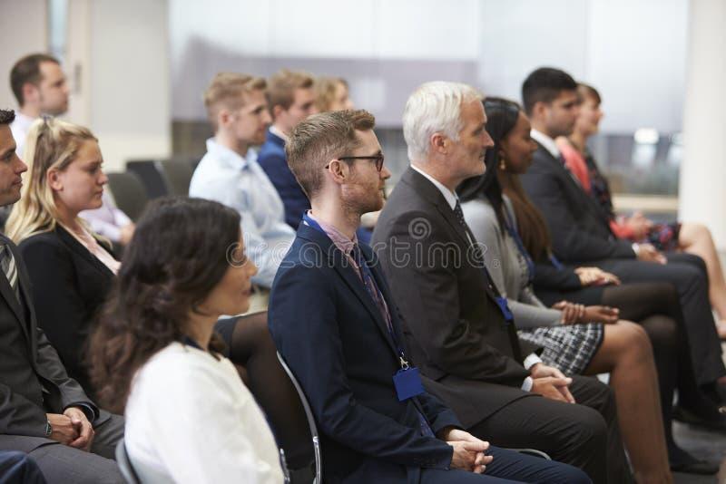 听报告人的观众在会议介绍 免版税库存照片