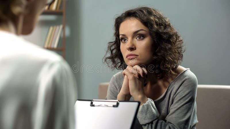 听殷勤地她的心理治疗家忠告,精神健康,希望的夫人 免版税图库摄影