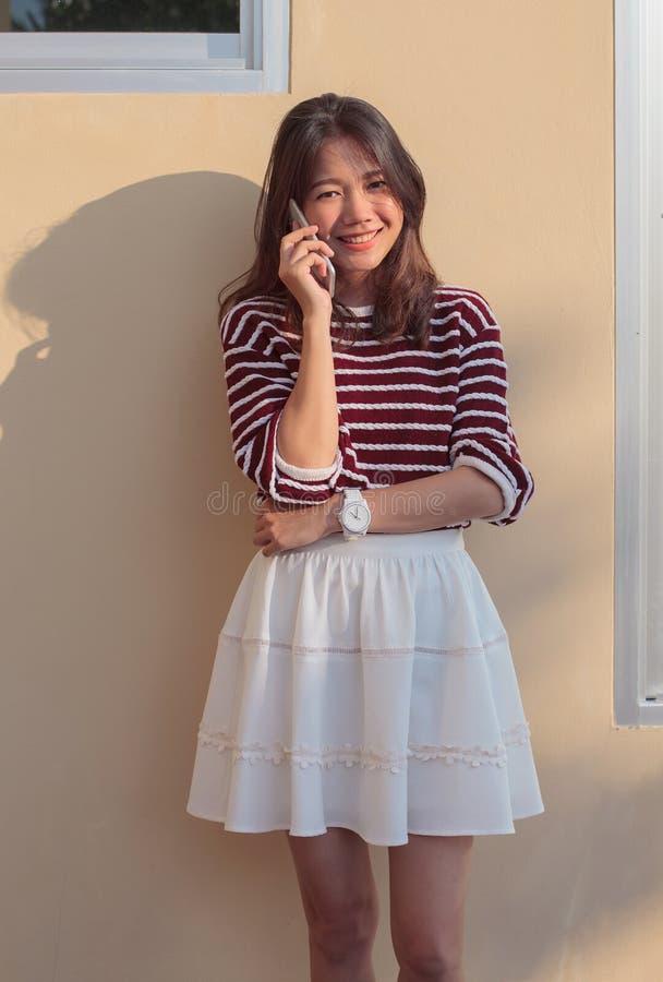 听电话的年轻美丽的妇女画象连接 库存图片