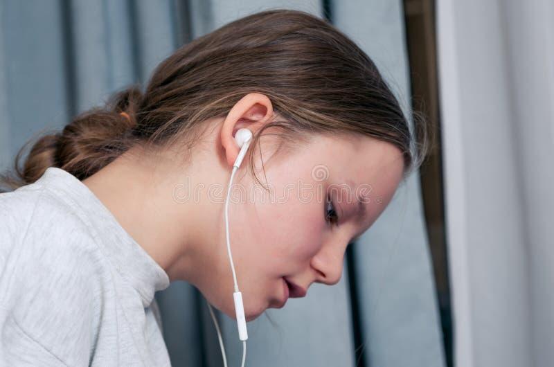 听的女孩学习和 免版税库存图片