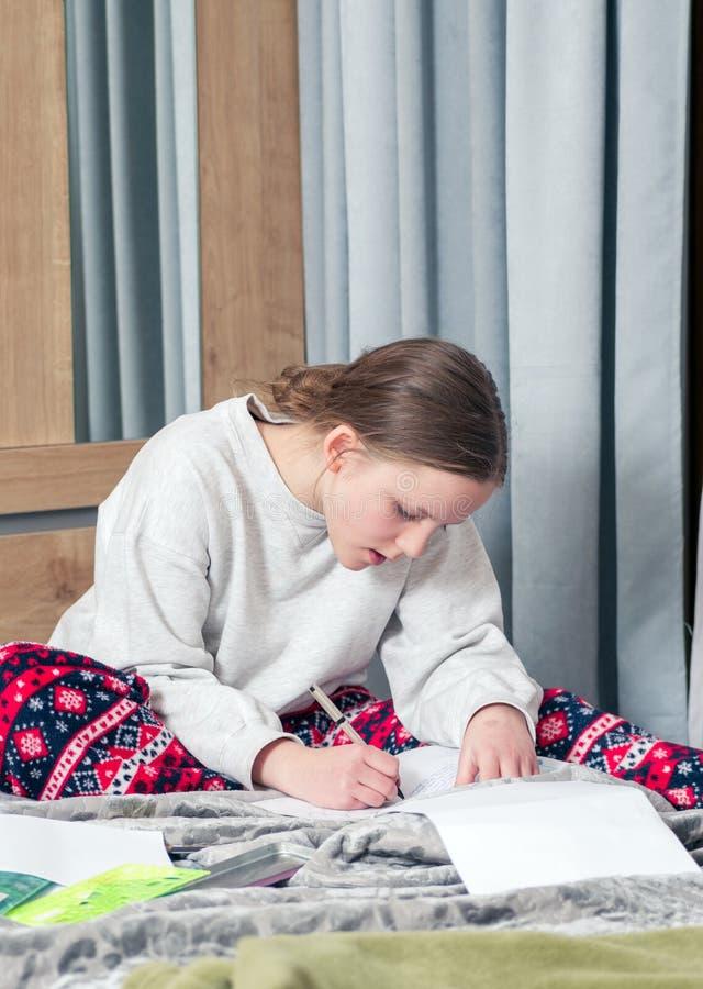 听的女孩学习和 免版税库存照片