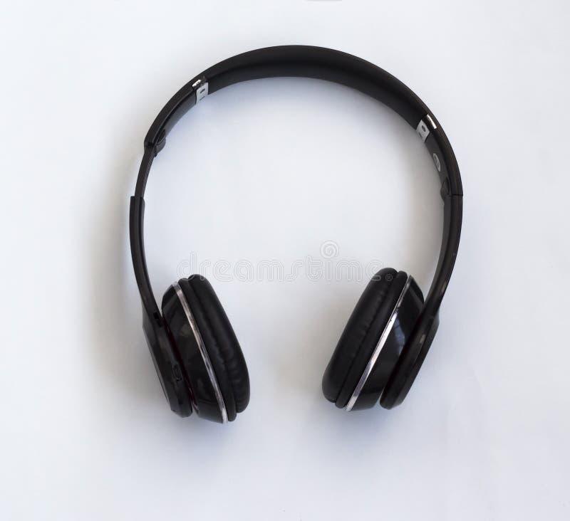 听的无线蓝牙耳机音乐、电影和回答的电话 库存照片