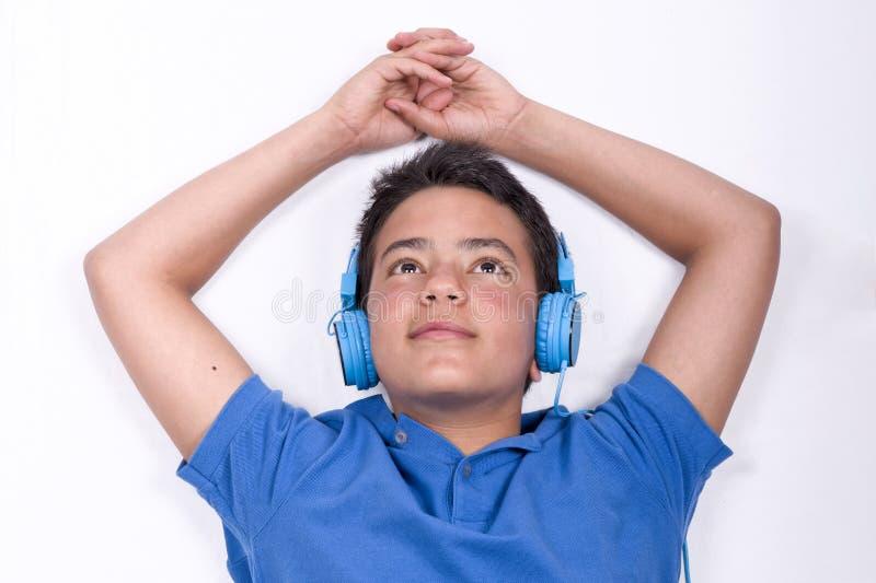 听的音乐少年 图库摄影