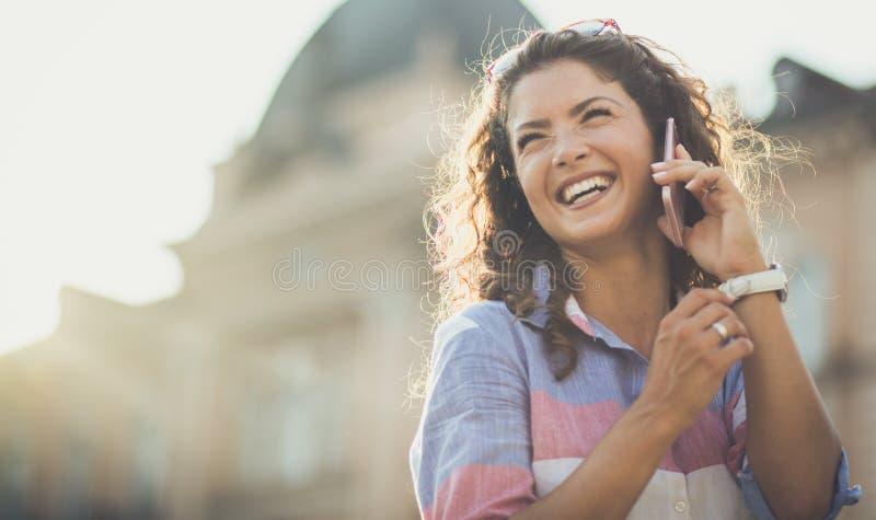 听见他的声音做她的微笑 免版税库存照片