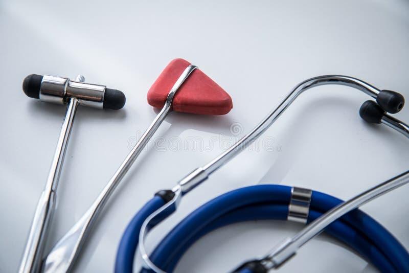 听诊器、大型装配架和Tylor反射锤子在医生的办公室 库存照片