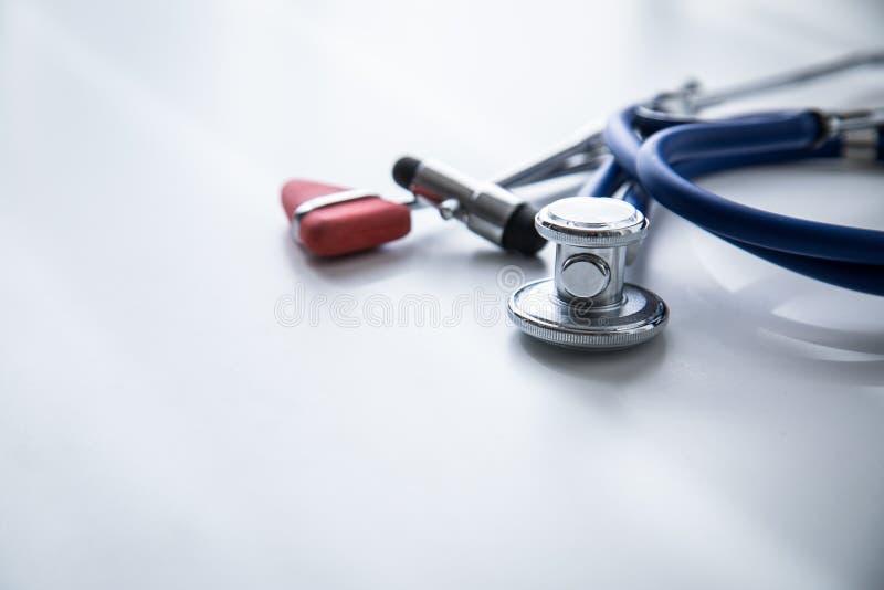 听诊器、大型装配架和Tylor反射锤子在医生的办公室 库存图片