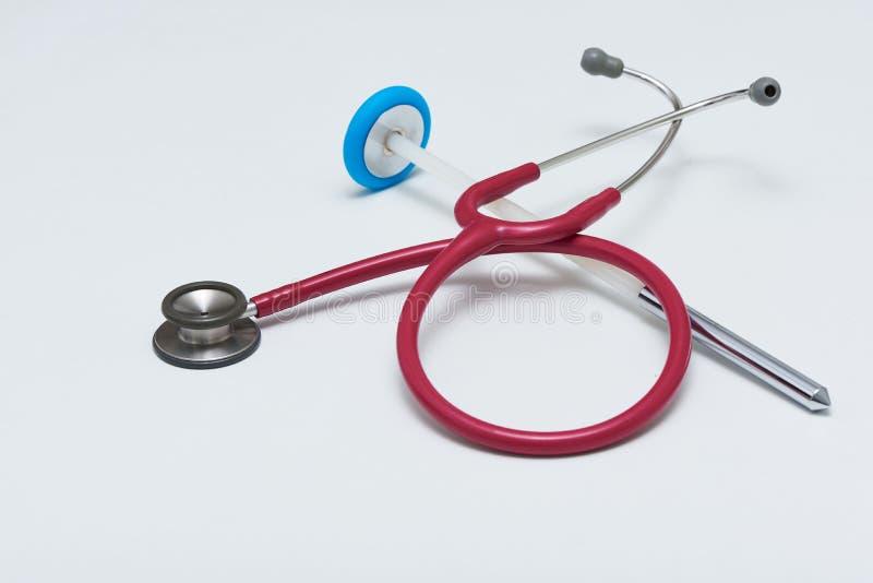 听诊器和反射在桌上锤击 免版税库存图片
