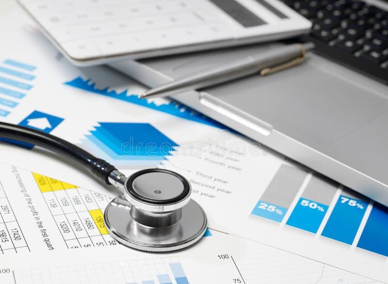 听诊器和数据回顾 库存图片