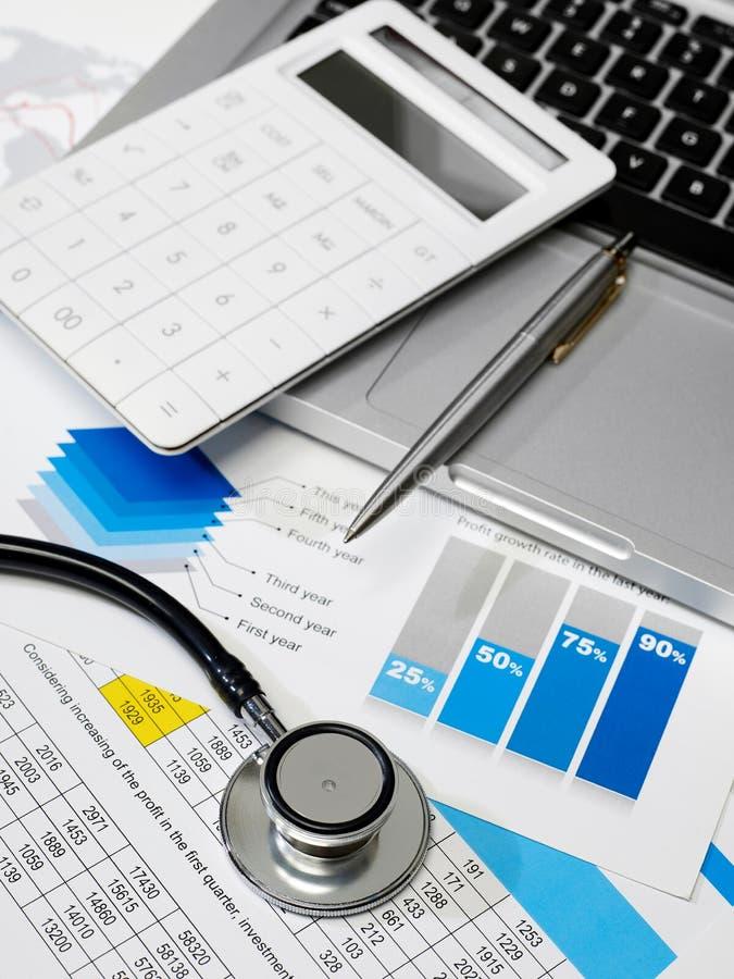 听诊器和数据回顾 免版税库存照片