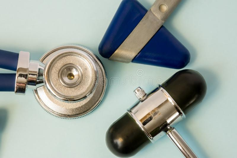 听诊器和神经学反射锤子特写镜头两个橡胶头在白色背景的在将军的医生办公室 免版税库存照片
