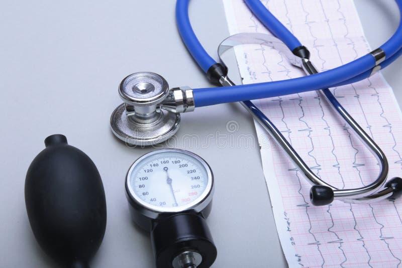 听诊器和红色心脏,在白色背景 免版税库存图片