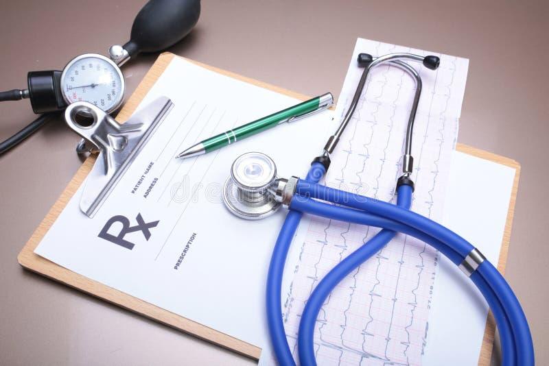 听诊器和红色心脏,在白色背景 免版税库存照片