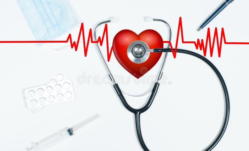 听诊器和红色重点 与医疗项目的医生桌 免版税库存照片