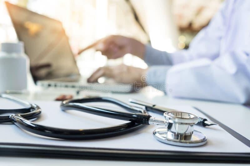 听诊器和设备看法在前景桌上与docto 免版税库存图片